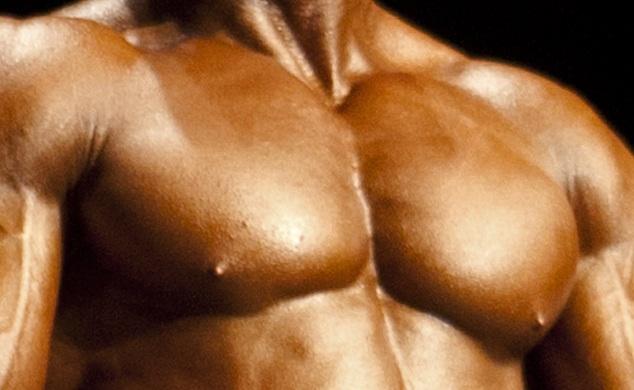 Closeup einer Bodybuilder-Brust, 2012